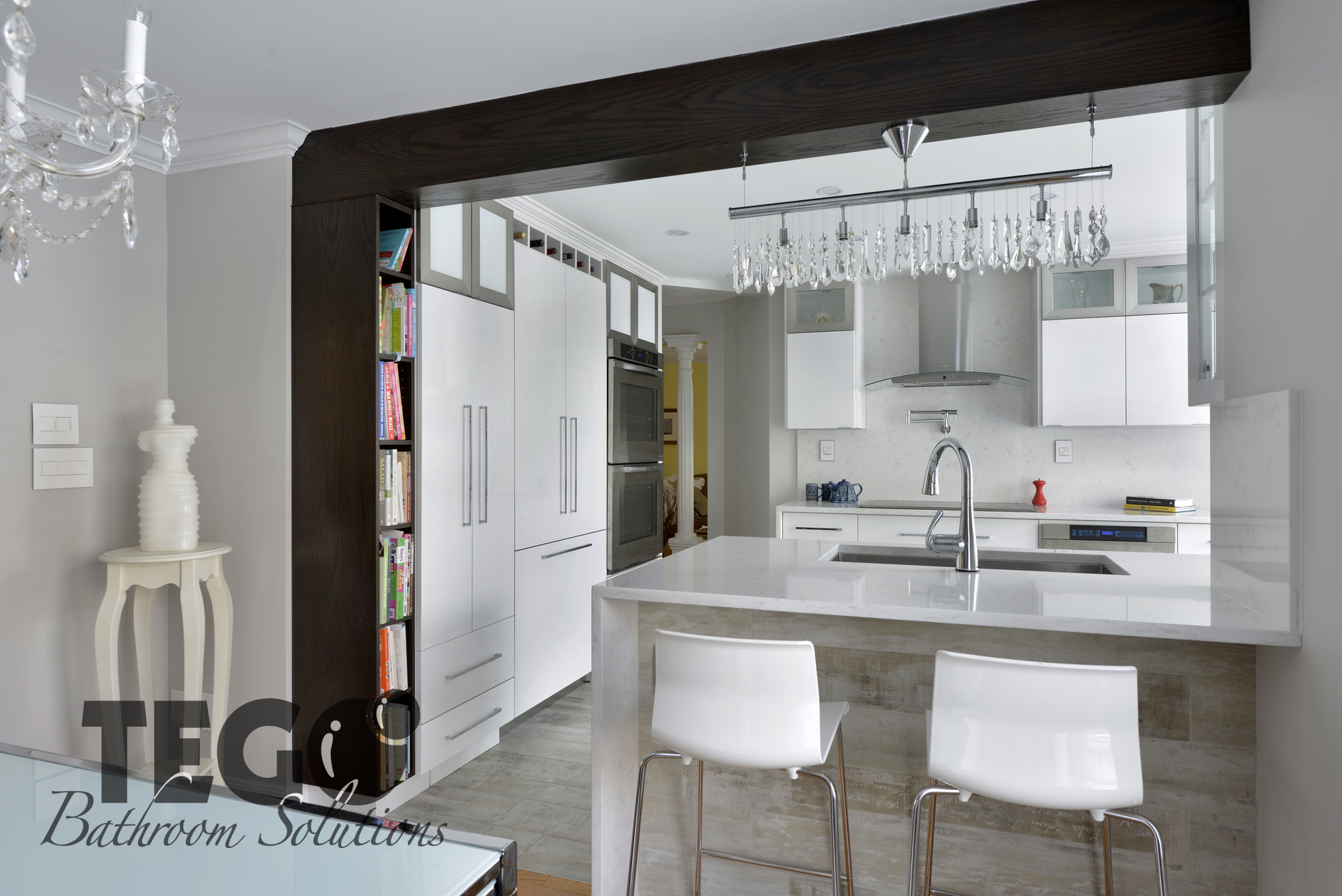 Kitchen bathroom solutions - Supporting Beam With A Matching Bookshelf Beside The Kitchen Nook
